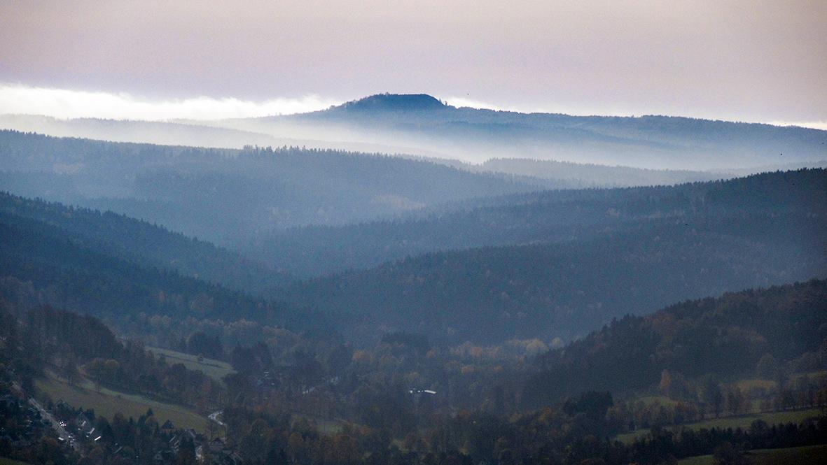 Der 965 Meter hohe Große Spitzberg (Velký Špičák) im Böhmischen Erzgebirge. Foto: Chris Bergau