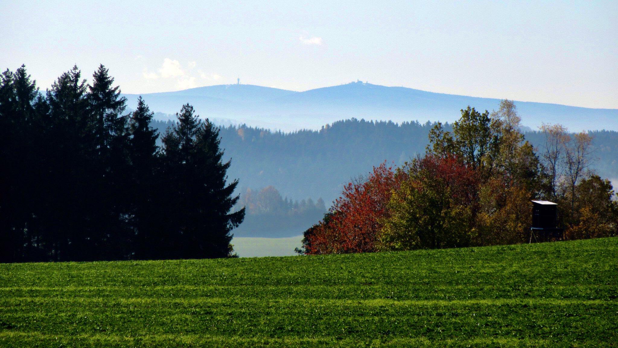 Der 1.244 Meter hohe Keilberg (Klínovec) und der 1.215 Meter hohe Fichtelberg sind weithin zu sehen. Foto: Chris Bergau/bergau-media.com