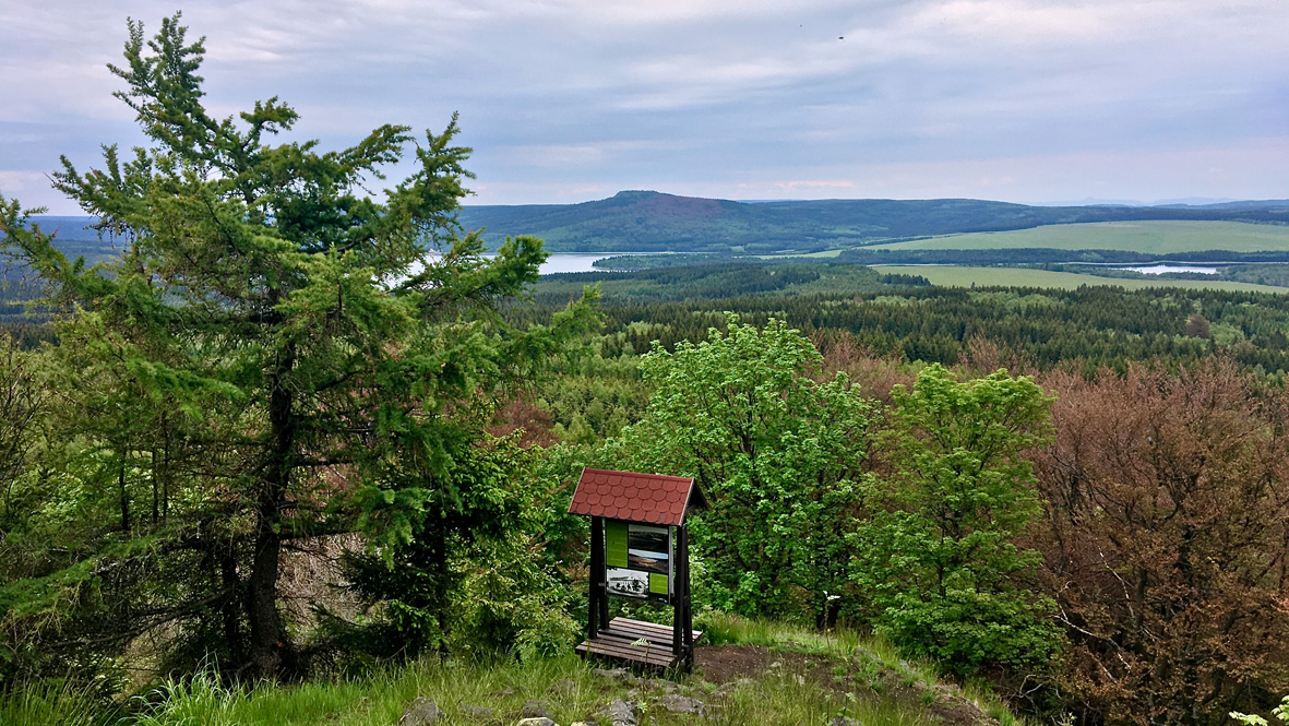 Gute Sicht vom Velký Špičák (Großer Spitzberg) auf den 993 Meter hohen Jelení hora (Hassberg) im böhmischen Erzgebirge. Foto: Chris Bergau