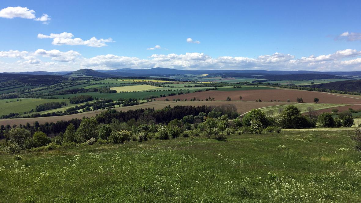 Gute Sicht vom Fuße des 832 Meter hohen Pöhlberges bei Annaberg-Buchholz. Foto: Chris Bergau