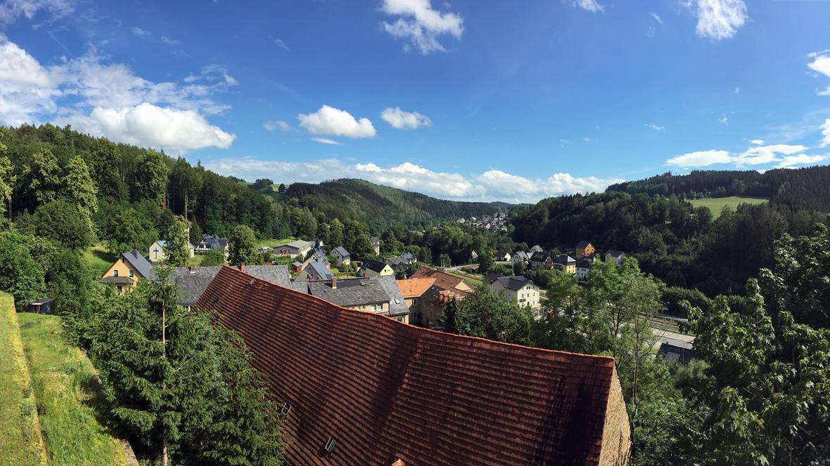 Blick von der Burg Scharfenstein in Richtung Scharfenstein. Foto: Chris Bergau/bergau-media.com
