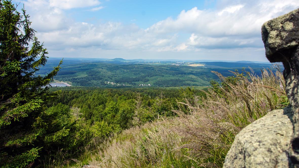 Aussicht vom 994 Meter hohen Jelení hora (Hassberg) im Böhmischen Erzgebirge. Foto: Chris Bergau