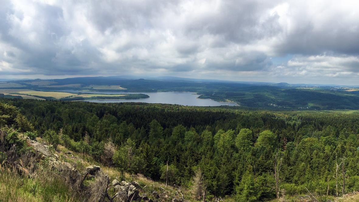 Aussicht vom 994 Meter hohen Jelení hora (Hassberg) im Böhmischen Erzgebirge. Foto: Chris Bergau/bergau-media.com