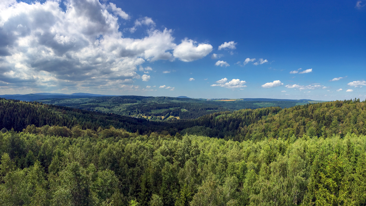Grandiose Aussicht vom Mnišská skála (Mönchsfelsen) in Richtung der 1000er des Erzgebirges. Foto: Chris Bergau