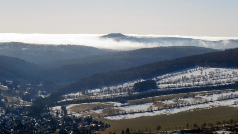 Der 994 Meter hohe Jelení hora (Hassberg) im böhmischen Erzgebirge ist von Nebelschwanden umhüllt. Foto: Chris Bergau/bergau-media.com
