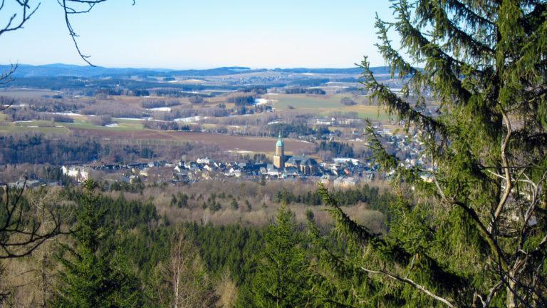 Blick auf Annaberg-Buchholz vom oberen Pöhlbergrundgang. Foto: Chris Bergau/bergau-media.com
