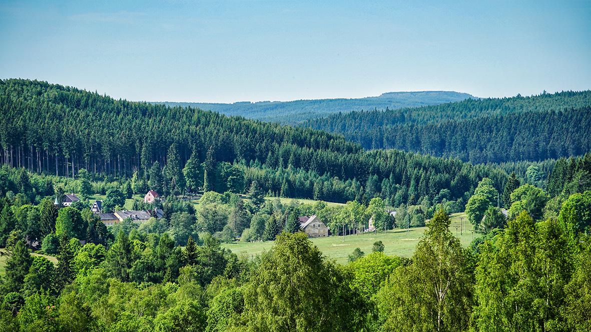 Blick auf Černý Potok (Pleil-Sorgenthal), im Hintergrund der 1094 m hohe Meluzína (Wirbelstein). Foto: Chris Bergau / bergau-media.com